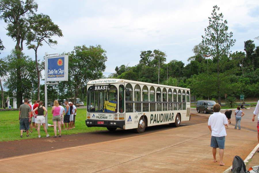 Der Bus unserer Hostel Paudimar am Grenzübergang von Iguazu