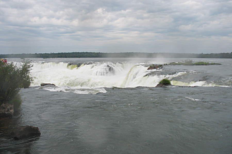 Von oben sieht die Garganta del Diablo im Nationalpark von Iguazu gar nicht so gefährlich aus. Dort geht es aber rauschend ab.