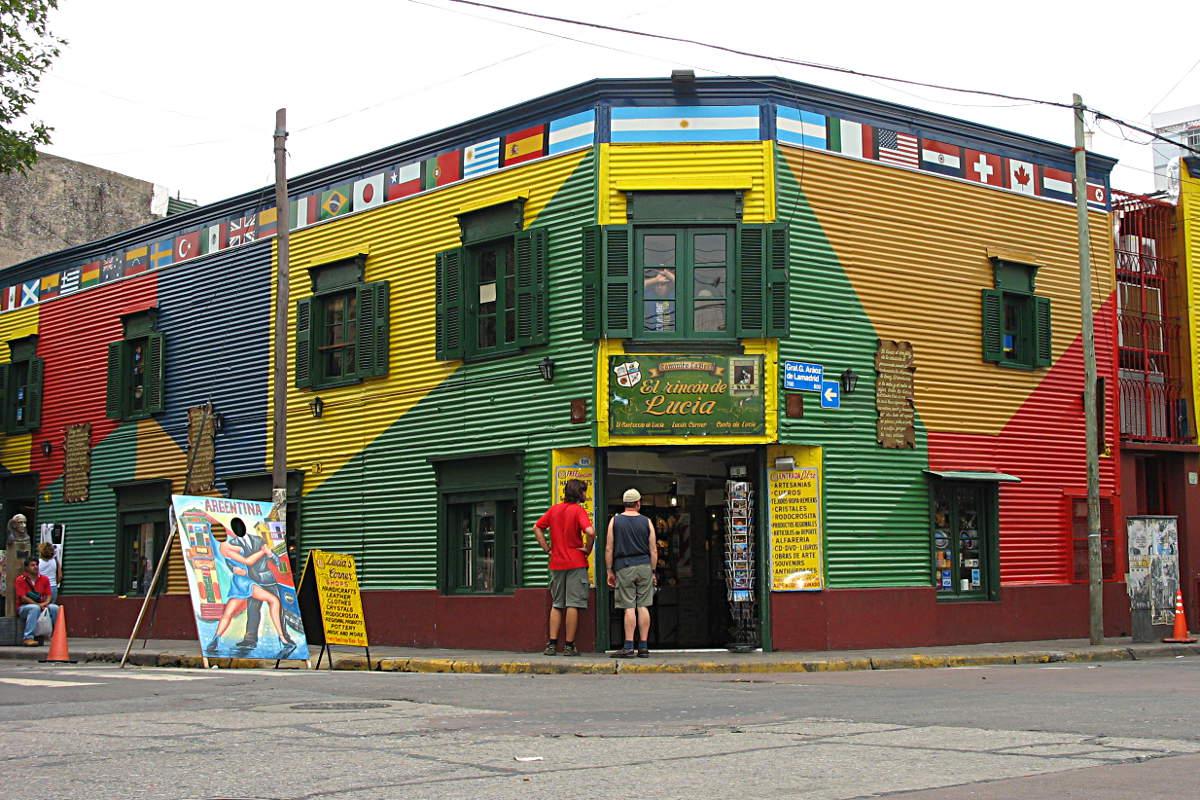 Typische bunte Wellblechfassade im Touristenviertel La Boca in Buenos Aires