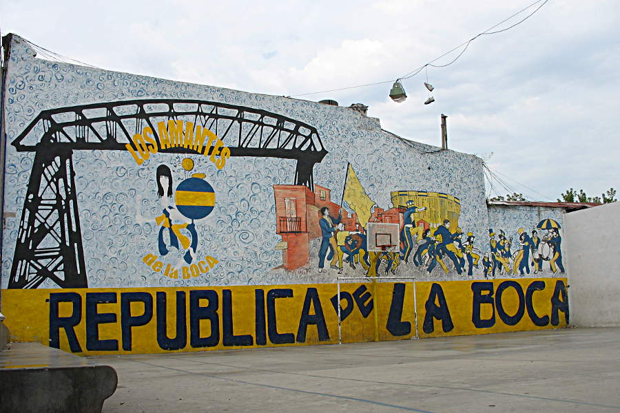 Hinterhof-Fußballplatz abseits der Touristenpfade in La Boca, Buenos Aires