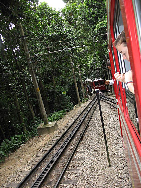 Mit einer kleinen roten Bahn ging es hinauf auf den Corvocado zur Christusstatue in Rio.