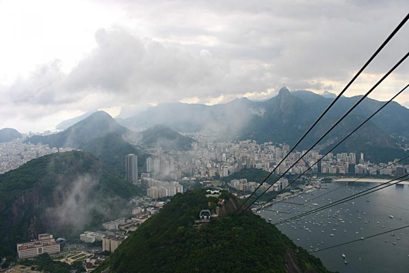 Blick aus der Seilbahn zum Zuckerhut auf Rio de Janeiro