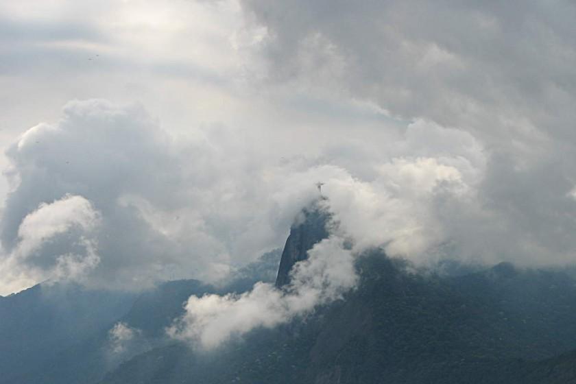 Die Christusstatue in Rio de Janeiro im Nebel
