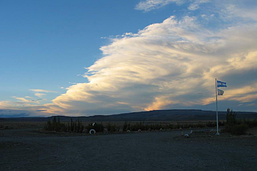 Bei einem Stopp in den Abendstunden an einer Tankstelle habe ich die Wolken bewundert.