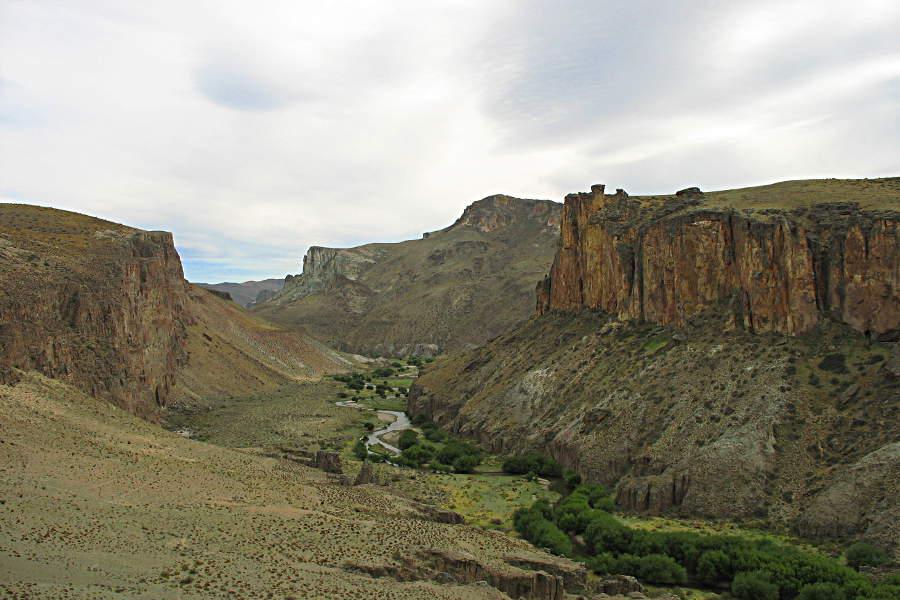 Ganz ungewohnt: Ein grünes Tal an der Ruta 40. In diesem liegen versteckt die Cuevas de las Manos.