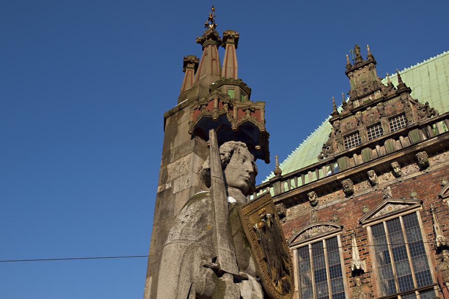 Roland vor dem Rathaus in Bremen