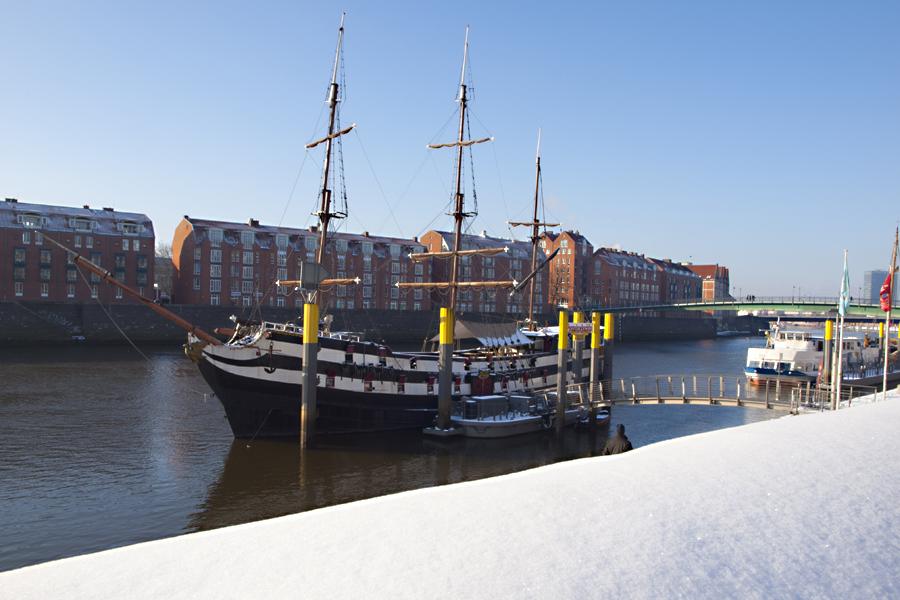 Das Pannekoekeship Admiral Nelson an der Bremer Schlachte im Winter