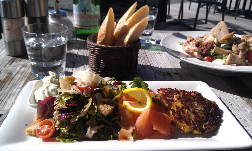 Salat mit frischem Lachs und Röstis im Restaurant Riva in der Überseestadt Bremen