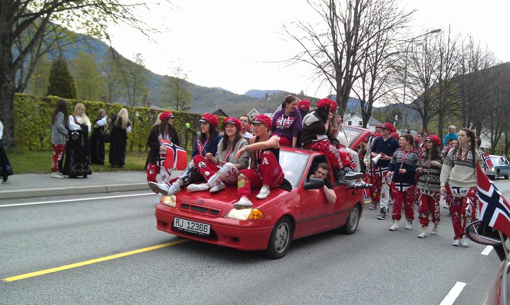 Russe bei der Parade zum Nationalfeiertag in Jorpeland