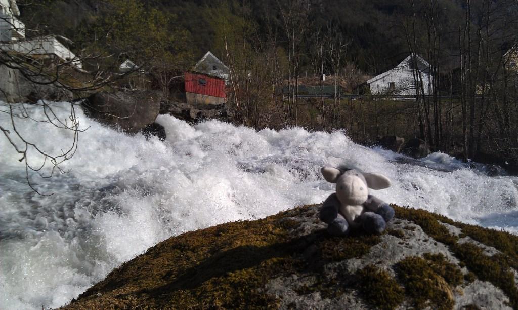 Am Wasserfall von Vikedal