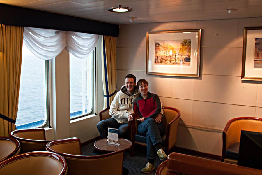 Steffen und ich entspannt in der Commodore Deluxe Lounge an Bord der King Seaways