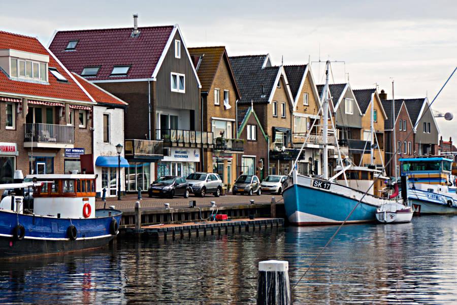 Der Hafen von Urk - vor unserem Bed&Breakfast parkt gerade ein Smart.