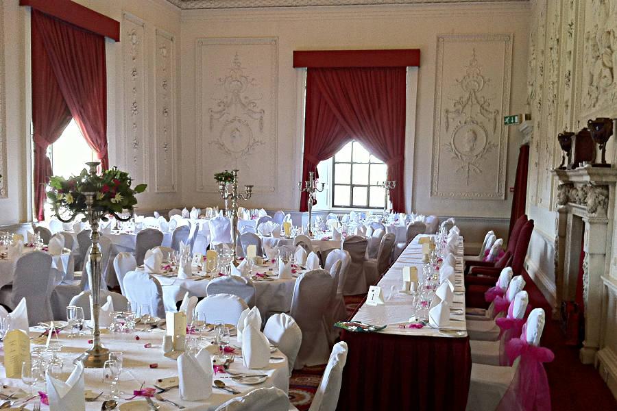 Der Bankettsaal im Hotel Lumley Castle - geschmückt für eine Hochzeitsfeier