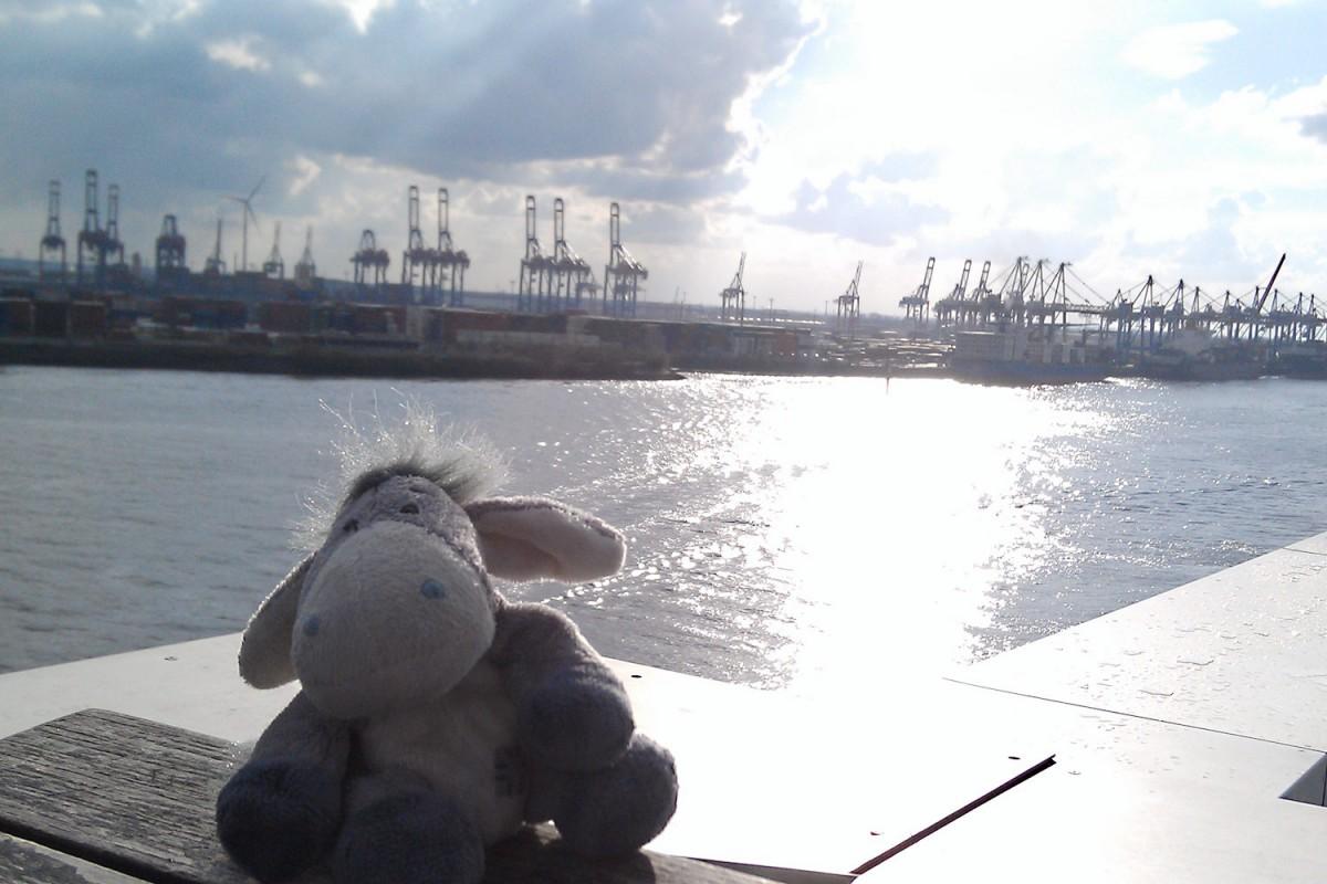 Blick vom Docklands auf die Hafenanlagen in Hamburg