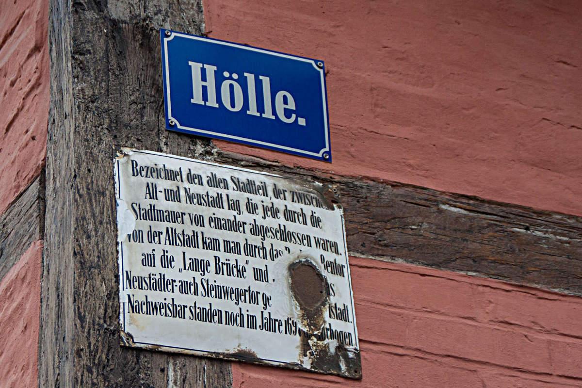"""Straßenschild für die """"Hölle"""" in Quedlinburg"""