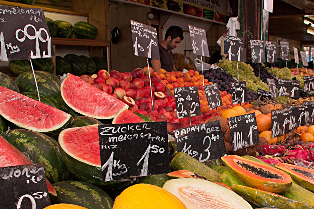 Obststand auf dem Naschmarkt in Wien