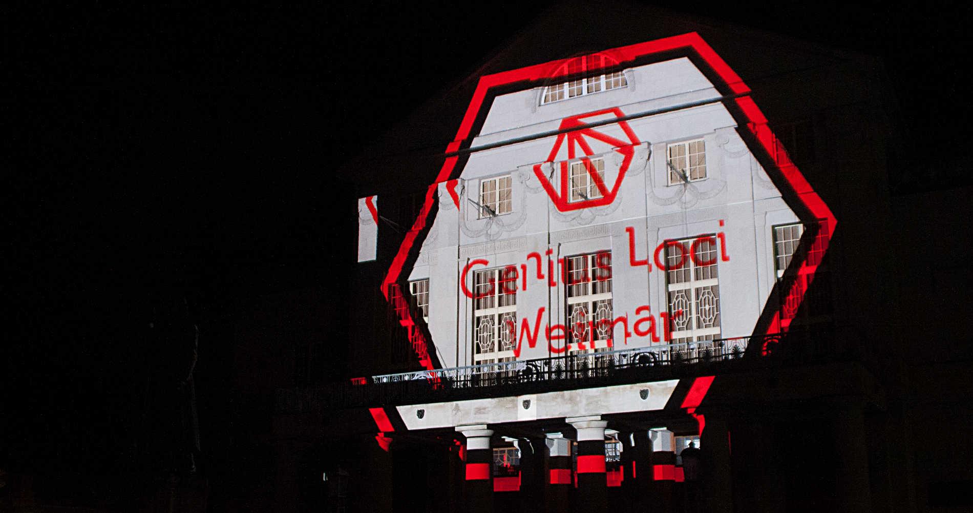 Das Logo vom Genius Loci Festival in Weimar prangt an der Fassade des Deutschen Nationaltheaters (DNT)