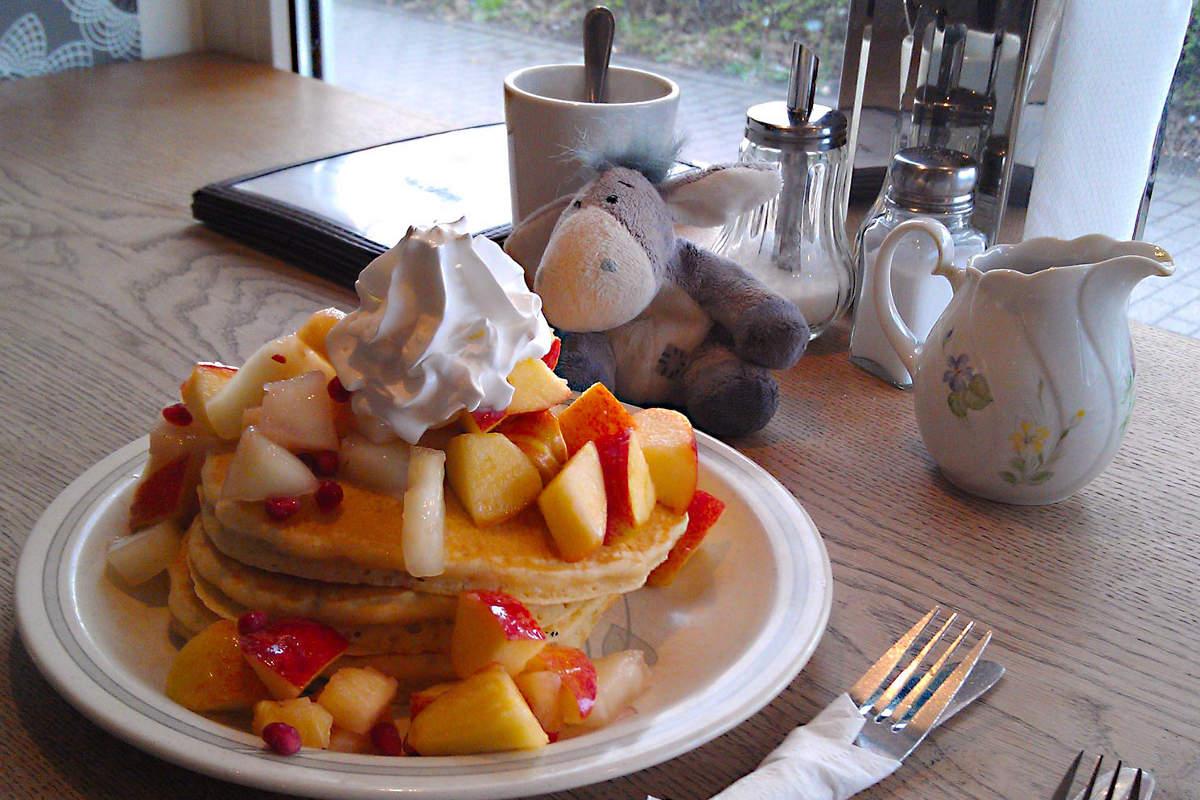 Der Esel unterwegs vor einem Stapel Pancakes im Mamalicious Hamburg