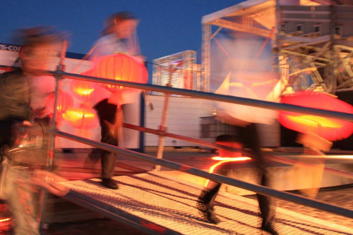 Kinder mit Lampions während der Aufführung von Turandot auf der Seebühne Bremen