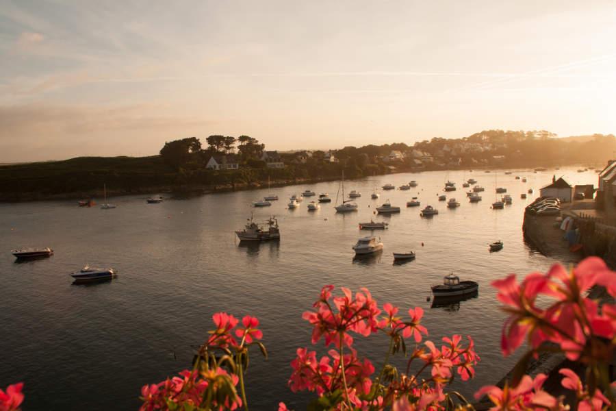Der Blick aus unserem Hotelzimmer auf den alten Hafen von Le Conquet im Sonnenaufgang