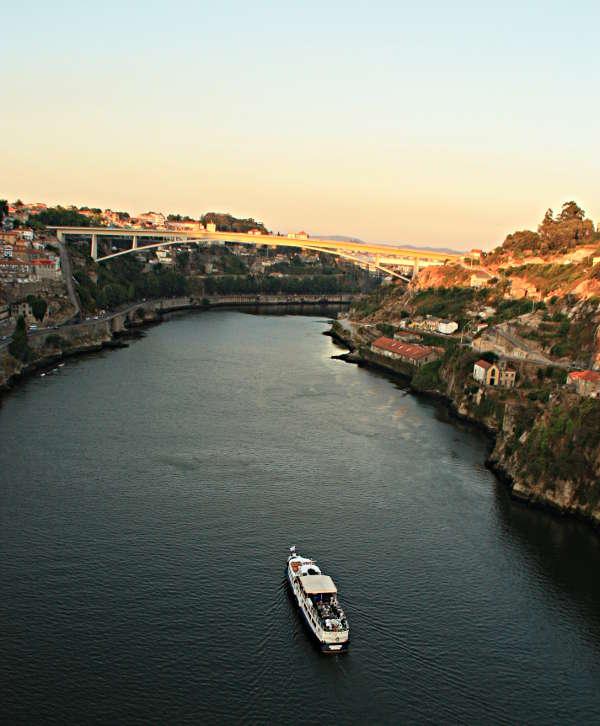 Blick auf den Douro von der Brücke Ponte Dom Luis in Porto