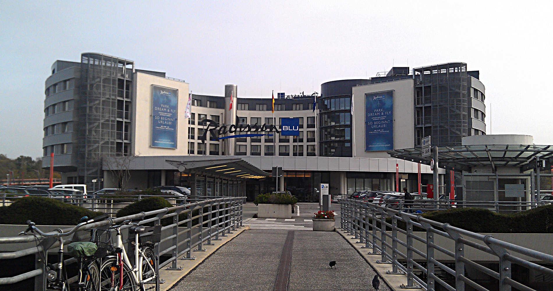 Das Radisson Blu Hotel Hamburg Airport vom Flughafen Hamburg aus gesehen