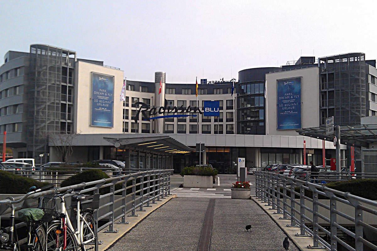 Blick vom Flughafen auf das Radisson Blu Hotel Hamburg Airport