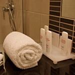 Handtücher und Pflegeprodukte im Bad