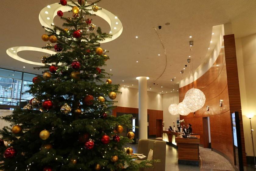 Die weihnachtlich geschmückte Lobby im Radisson Blu Hotel Rostock