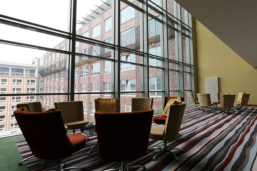 Eine der gemütlichen Lounges, die sich auf jeder Etage des Hotels befinden