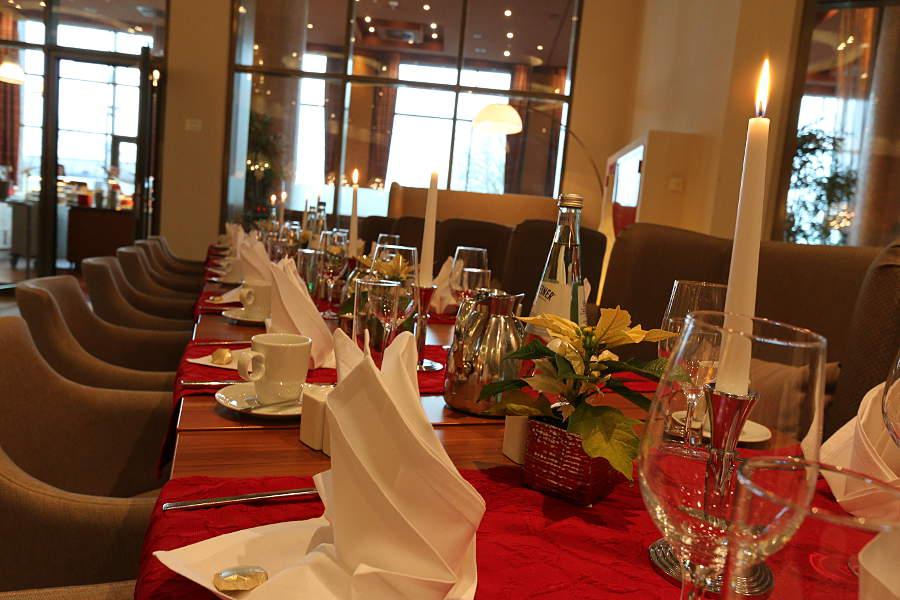 """Festlich gedeckte Tafel im Restaurant """"Osteria"""" - zu Weihnachten gibt es hier Ente satt"""