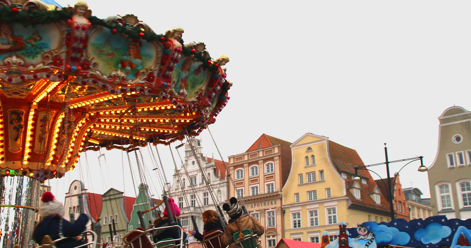 Kettenkarussel am Neuen Markt auf dem Rostocker Weihnachtsmarkt