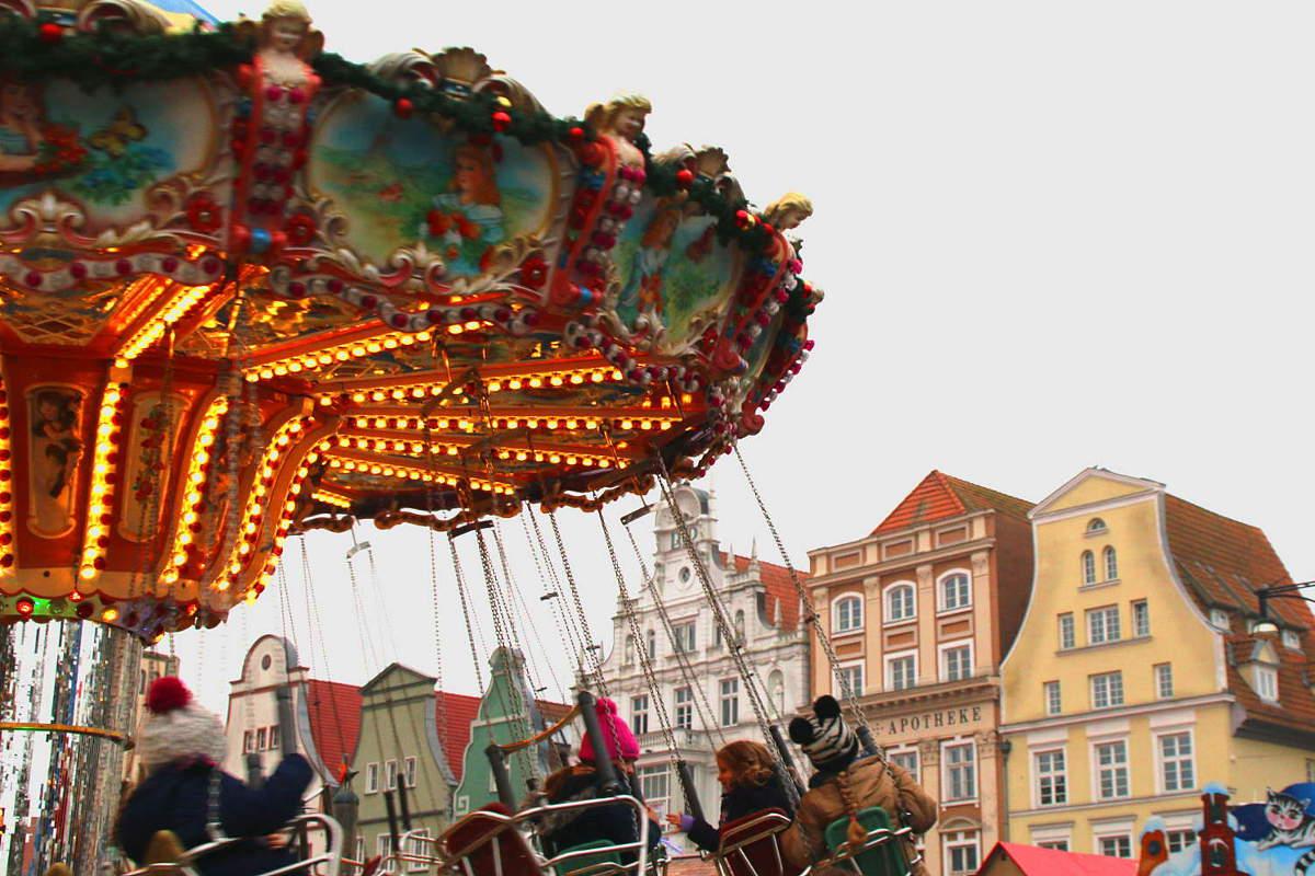 Karussel auf dem Rostocker Weihnachtsmarkt.