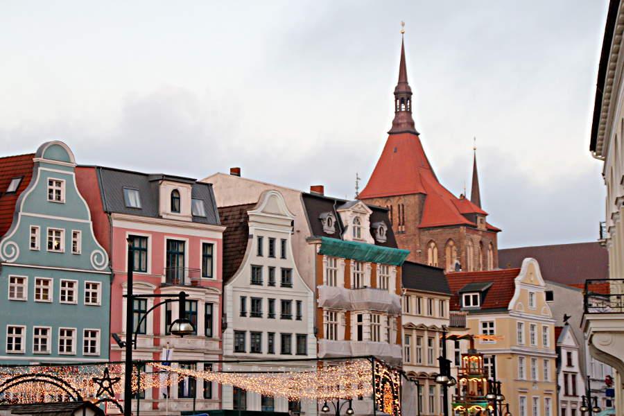 Weihnachtliche Atmosphäre entlang der Kröpeliner Straße in Rostock