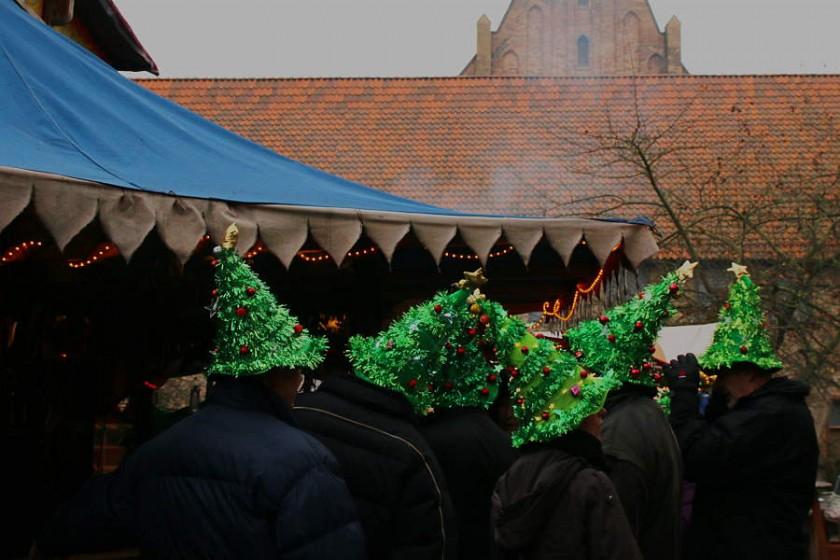 Bunte Hüte fördern das Gruppengefühl - auch auf dem Mittelaltermarkt in Rostock :-)