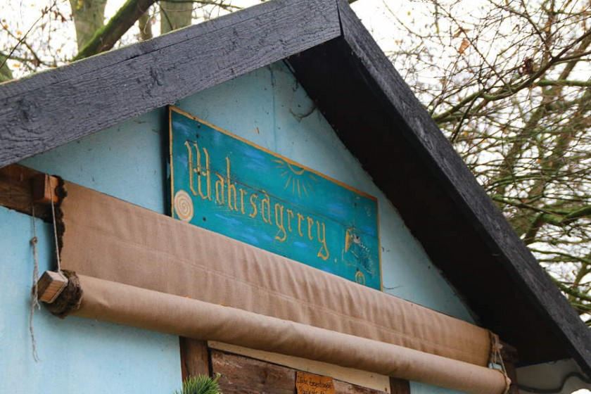 Die Hütte der Wahrsagerin auf dem mittelalterlichen Weihnachtsmarkt in Rostock