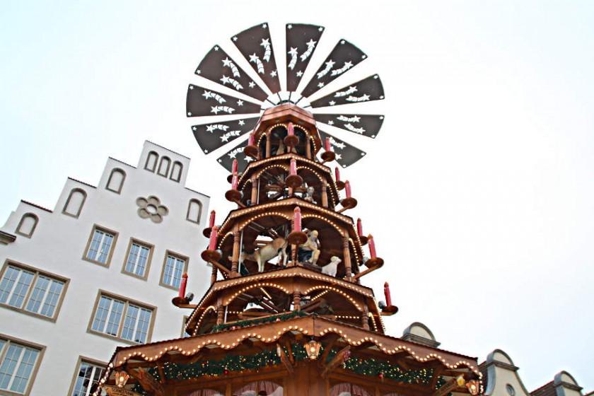 Die XXL-Pyramide der Familie Jacob auf dem Rostocker Weihnachtsmarkt