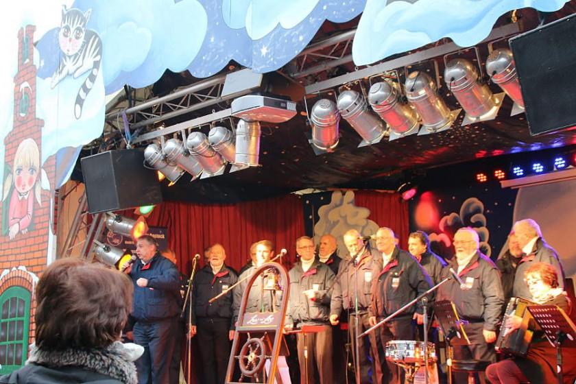 Ein Shanty-Chor - klar im hohen Norden - darf auf dem Rostocker Weihnachtsmarkt nicht fehlen