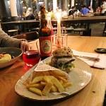 Leckerer Classic-Burger in der Pechhütte zum Abendessen
