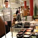 Steffen lässt sich das Rührei nach eigenen Wünschen frisch zubereiten.