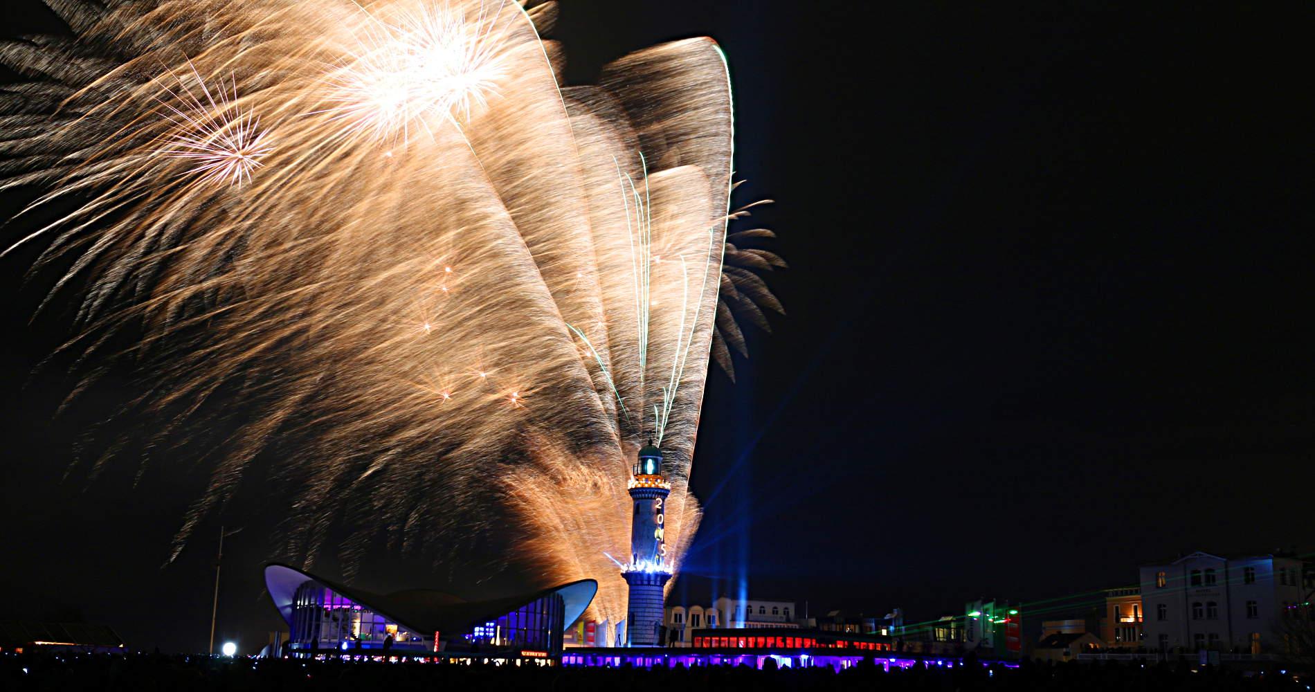 Feuerwerk in Warnemünde - immer am 1. Januar lädt die Stadt an die Ostsee zum Turmleuchten.