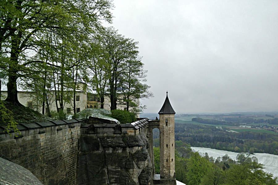 Blick entlang der Festungsmauern auf dem Königstein