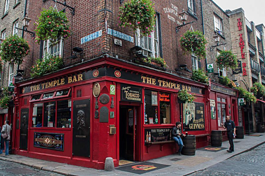 Die Temple Bar im gleichnamigen Stadtteil - besonders zum Abend beliebte Sehenswürdigkeit Dublins
