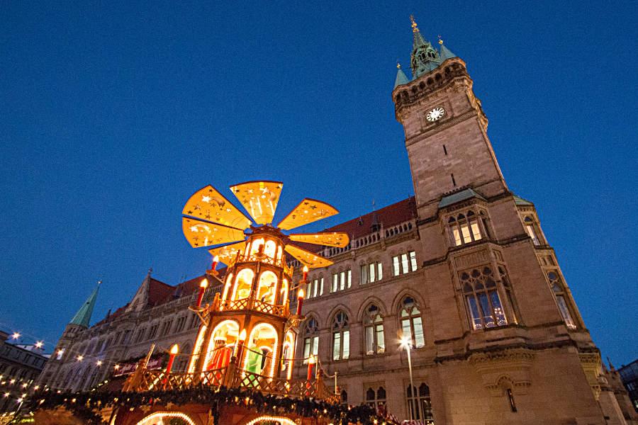 Pyramide auf dem Braunschweiger Weihnachtsmarkt vor dem Alten Rathaus