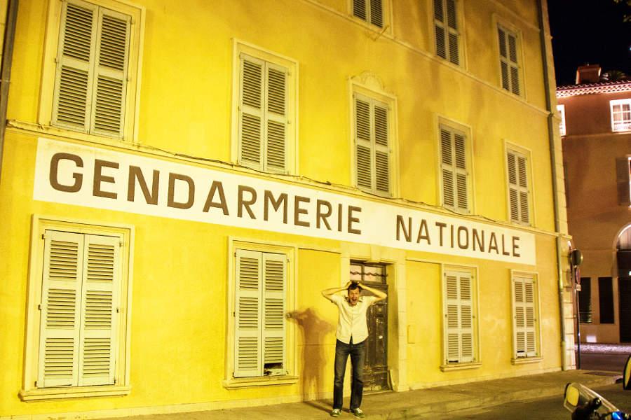 """Der Mann vor der Gendarmerie aus dem Film """"Der Gendarm von Saint-Tropez"""""""