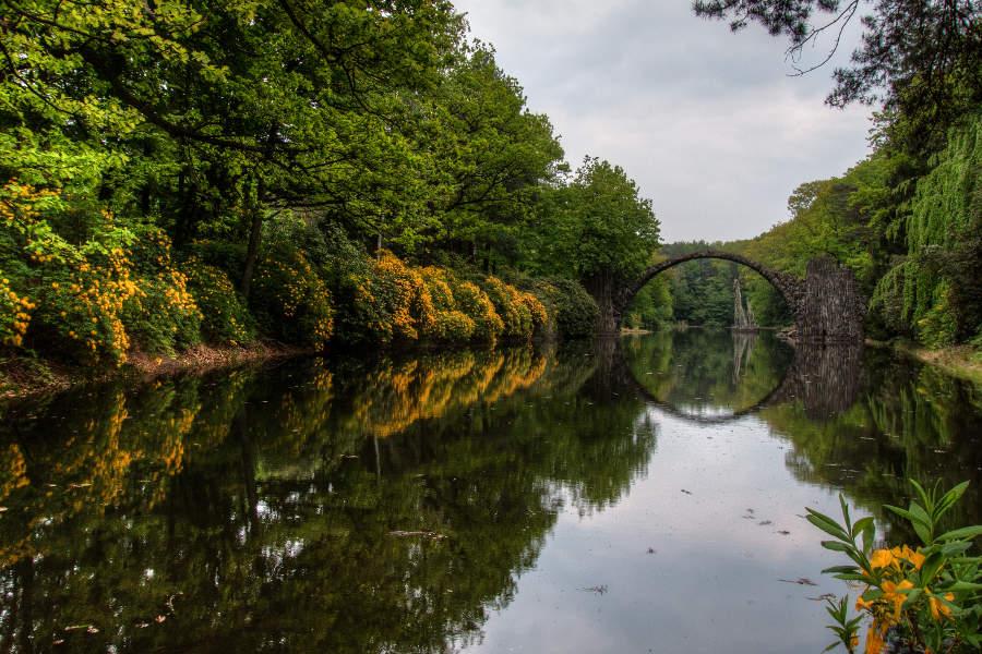 Perfekte Spiegelung und blühende Rhododendren - die Rakotzbrücke bei Kromlau im Frühjahr. (c) Carolin Hinz www.esel-unterwegs.de