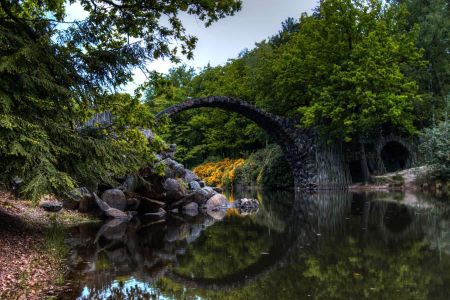 Die Rakotzbrücke in Kromlau von der Seite fotografiert. (c) Carolin Hinz www.esel-unterwegs.de