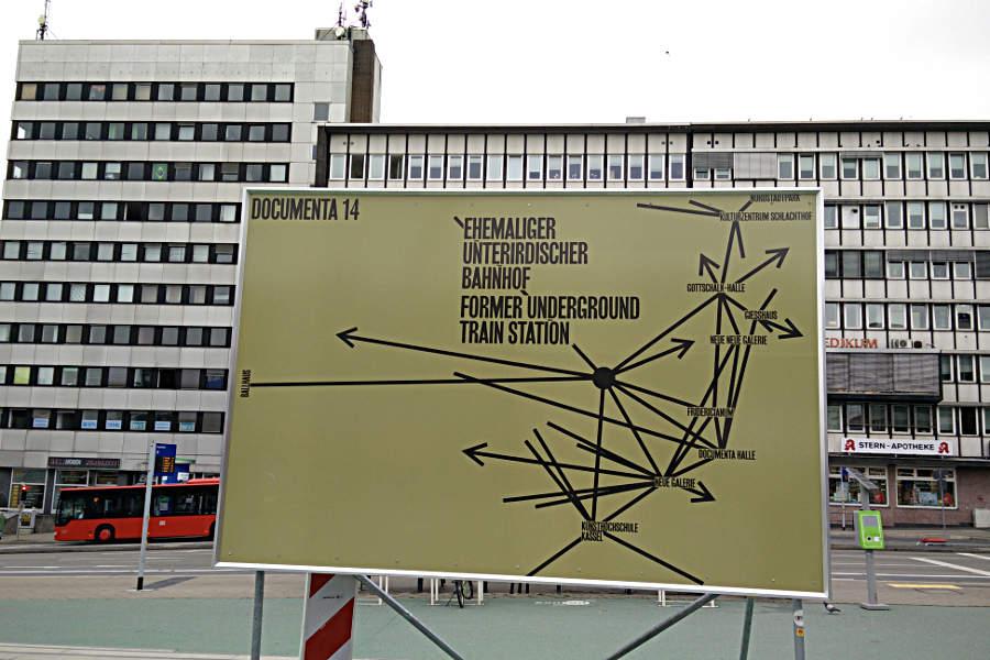 Nicht immer eindeutig: Die Beschilderung zur documenta. (c) Carolin Hinz www.esel-unterwegs.de