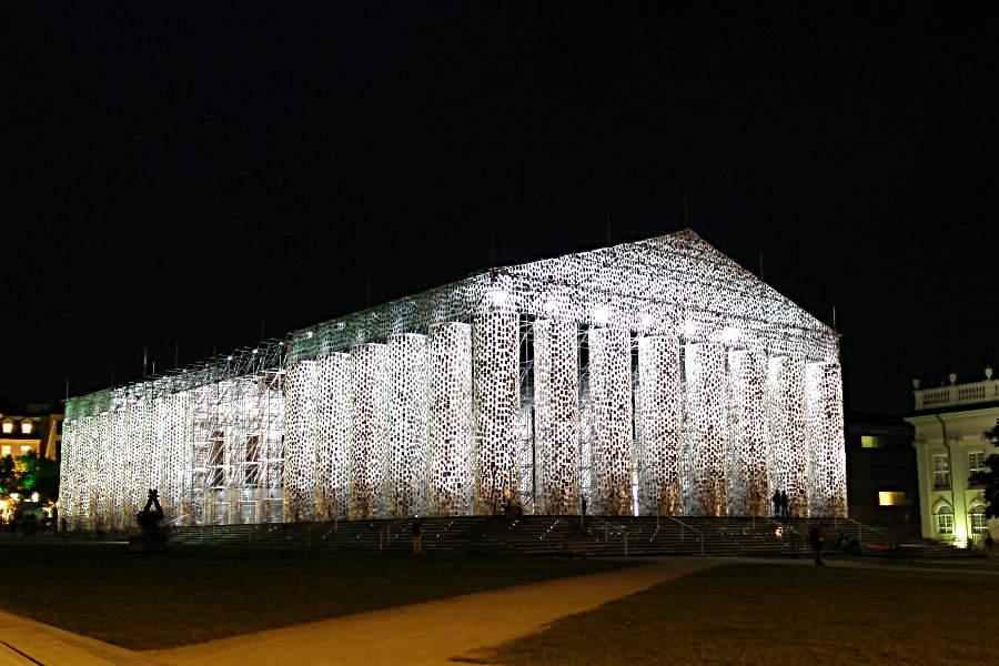 Der Friedrichsplatz mit dem Parthenon of Books bei Nacht. (c) Carolin Hinz www.esel-unterwegs.de