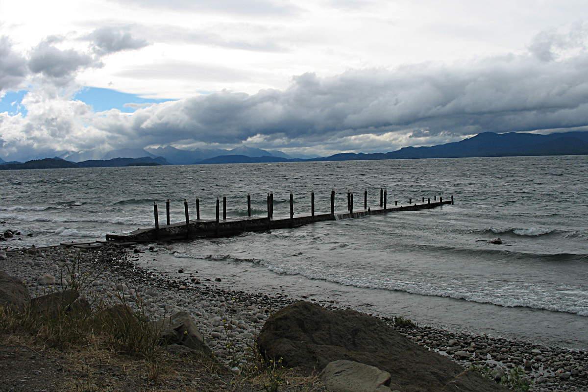 Verwitterter Steg am Ufer des Sees von San Carlos de Bariloche, Argentinien